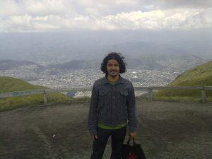 Leo con Quito Detrás